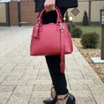 poza din lateral geanta rosie