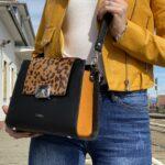 prezentare din fata geanta negra cu portocaliu cu imprimeu