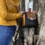 rucsac negru cu imprimeu leoard si accesoriu