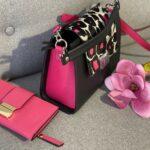 geanta neagra cu imprimeu si portofel roz